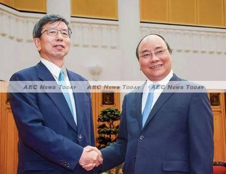 Asian Development Bank (ADB) president Takehiko Nakao (L) with Viet Nam Prime Minister Nguyen Xuan Phuc