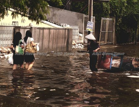 Walking home through calf-high water could still be in the future of Jakatans, Bangkokians and Vietnamese if depletion of groundwater is not curtailed