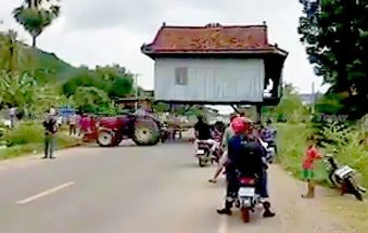 Moving house in Cambodia not so easy (video)