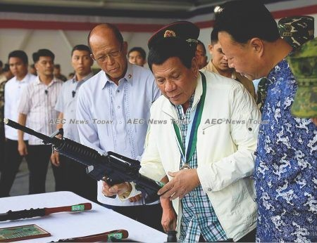 """President Rodrigo Duterte examines a 5.56 cal. Norinco CQa - a """"clone"""" of US M4 carbine reproduced by China without licence - donated by the People's Republic of China last June"""