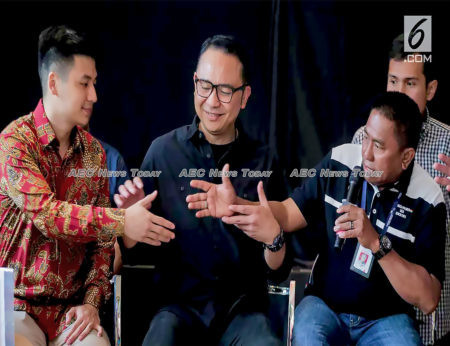 (LtoR) Indonesian vlogger Rius Vernandes, Garuda Indonesia president Ari Askhara, and Sekarga public relations head Tomy Tampatty
