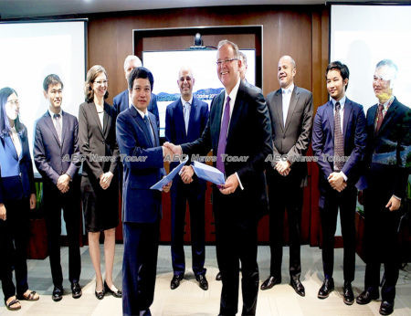 DHD chief executive officer, Le Van Quang, and deputy director general of ADB's Private Sector Operations Department, Christopher Thieme, with the signed agreement