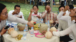 Khmer gather to eat ork ambok as disruption attempt foiled (photo gallery)