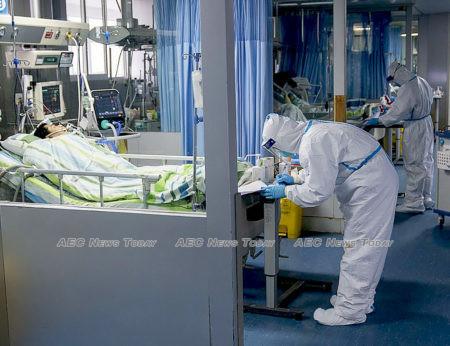 Doctors treat Wuhan coronavirus patients